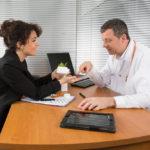 El visitador médico es el canal de comunicación entre la farmacia y el médico